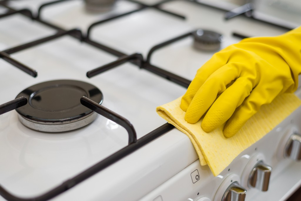 ThinkstockPhotos-479870372 cleaning stove kitchen
